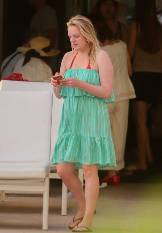 "Elisabeth Moss - Filming Scenes for ""Next Goal Wins"" in Hawaii 12/16/2019"