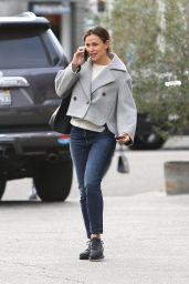 Jennifer Garner - Chatting on the Phone 12/02/2019