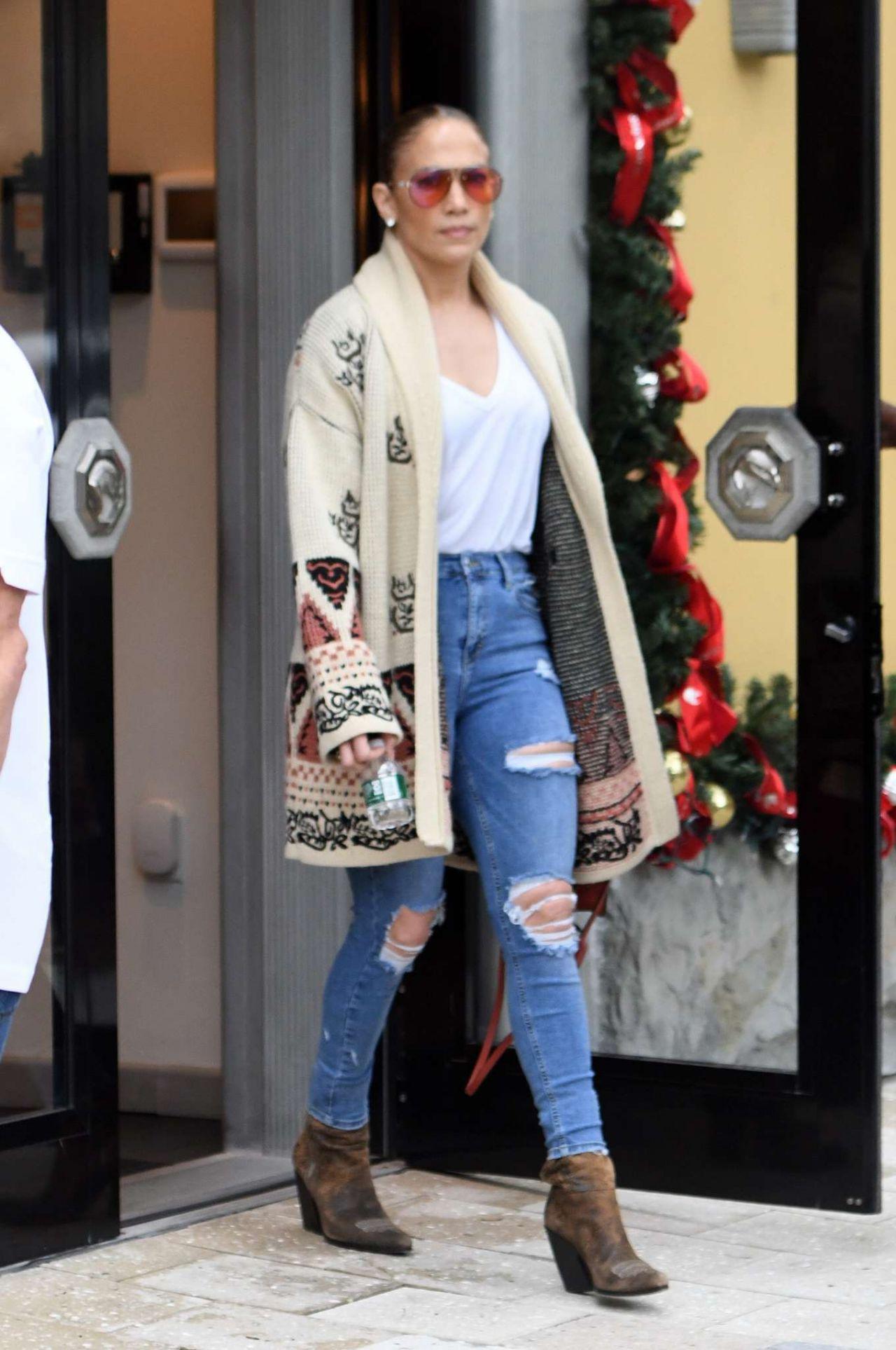 Jennifer Lopez - Last Minute Christmas Shopping in Miami