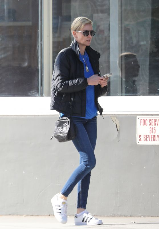 Charlize Theron Street Style 01/08/2020