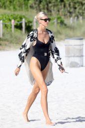 Devon Windsor in a Swimsuit - Miami 01/04/2020