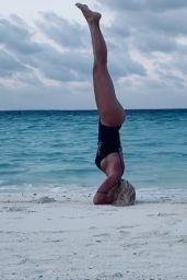 Ilary Blasi - Doing Yoga at the Maldives 01/07/2020
