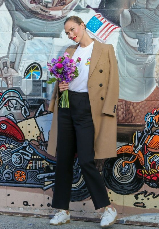 Karlie Kloss Street Outfit - Los Angeles 01/29/2020