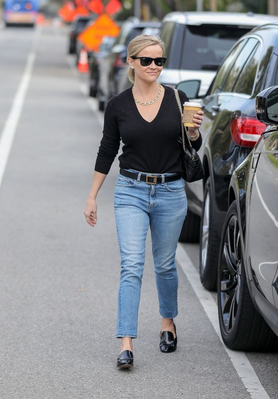 Reese Witherspoon Street Style - Le Pain Quotiden in Brentwood 01/02/2020