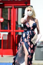 Courtney Stodden Wearing a Home Made Corona Virus Mask and a Pair of Washing Up Gloves - Los Angeles 03/18/2020