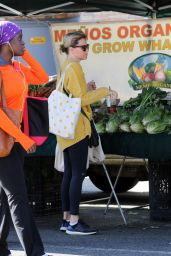 Elizabeth Banks - Shopping at the Farmers Market in Studio City 03/08/2020