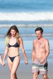 Gisele Bundchen – Morning Walk on the Beach in Costa Rica 03/24/2020