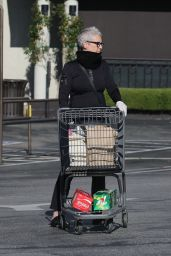 Jamie Lee Curtis - Grocery Shopping in Pacific Palisades 03/26/2020