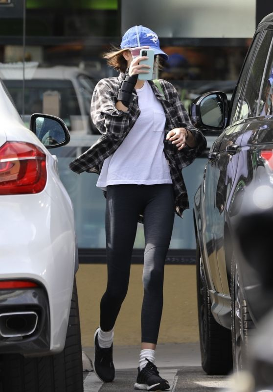 Kaia Gerber in Casual Outfit - Earth Bar in West Hollywood 03/07/2020
