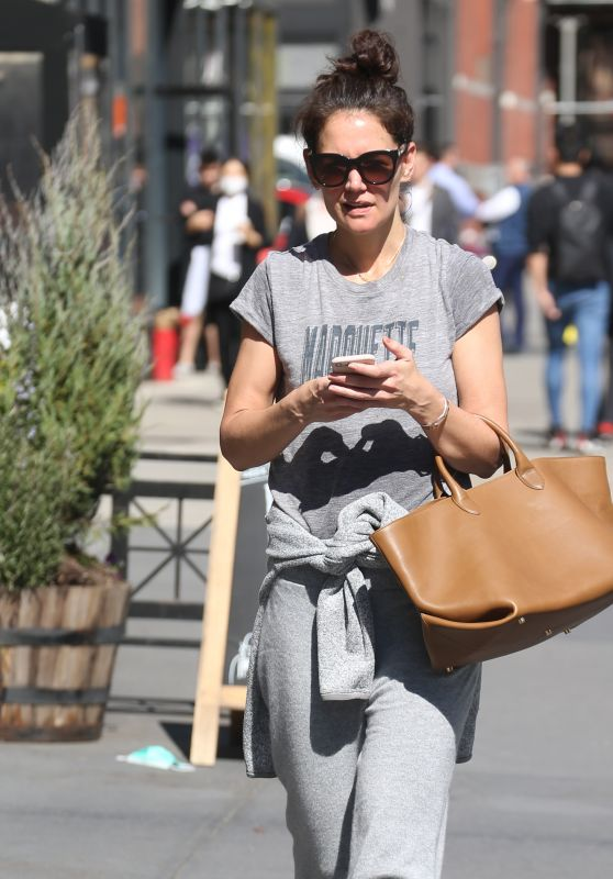 Katie Holmes Makeup-Free - New York 03/09/2020