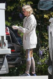 Naomi Watts in Athleisure and Latex Gloves - Shopping in LA 03/25/2020