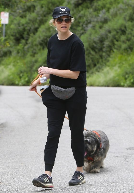 Elizabeth Banks - Walking Her Dog in the Hollywood Hills 04/07/2020