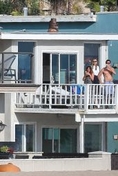 Maria Sharapova - Visits Friends in Manhattan Beach 04/24/2020