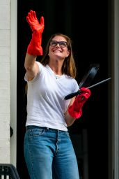 Brooke Shields - Cheering Frontline Workers in NY 05/28/2020