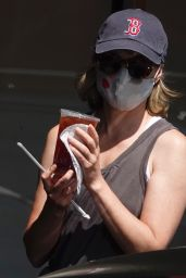 Elizabeth Banks Wear a Baseball Cap From Her Alma Mater - Out in LA 05/28/2020