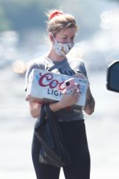 Ireland Baldwin - Picks Up an 18-Pack of Coors Light Canned Beer - Hollywood 05/01/2020
