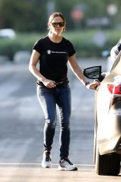 Jennifer Garner in Street Outfit - Visits a Construction Site in Brentwood 05/10/2020