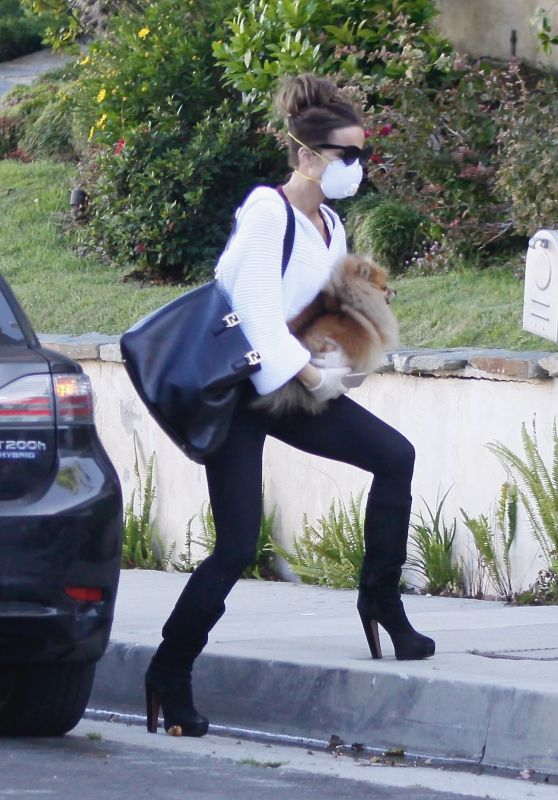 Kate Beckinsale - Pacific Palisades 05/12/2020