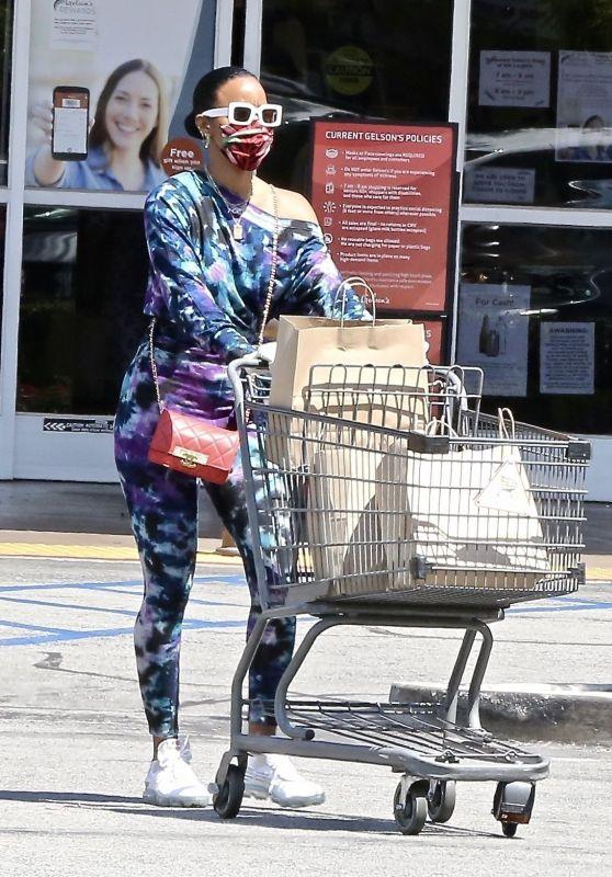 Kelly Rowland in an Off-The-Shoulder Tie-Dye Sweatsuit - Shopping in LA 05/11/2020