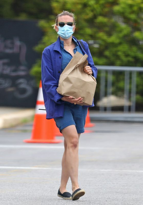 Scarlett Johansson in Street Outfit - Shopping in the Hamptons 05/28/2020