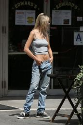 Emily Ratajkowski in a Grey Tank Top and Jeans 06/25/2020