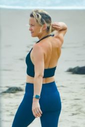 Kate Hudson in a Black Sports Bra and Navy Blue Leggings 06/24/2020