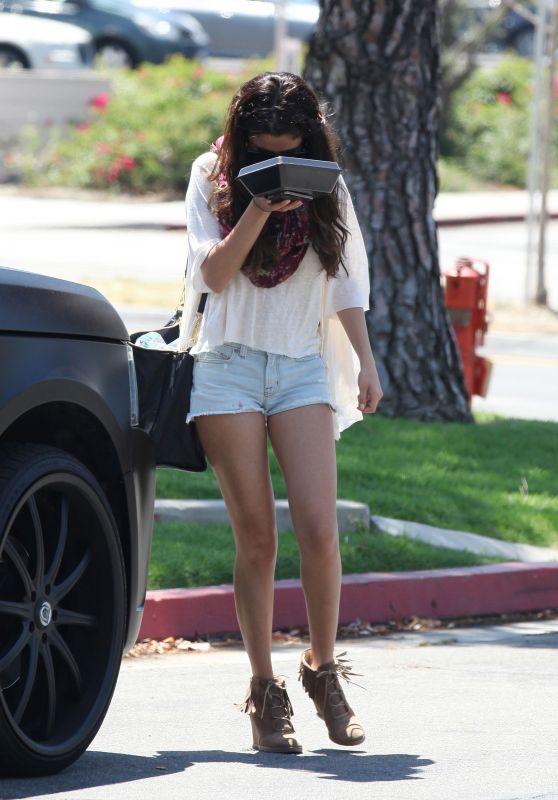 Selena Gomez - BJ's Restaurant in Woodland Hills in LA (2012)