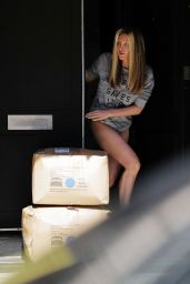 Caprice Bourret - Taking Deliveries in London 07/21/2020