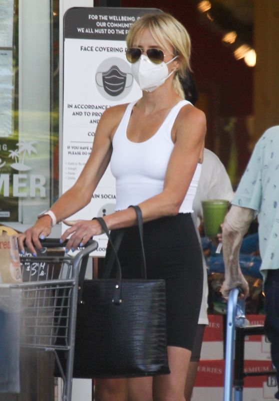 Kimberly Stewart - Shopping at Bristol Farms in Beverly Hills 07/13/2020