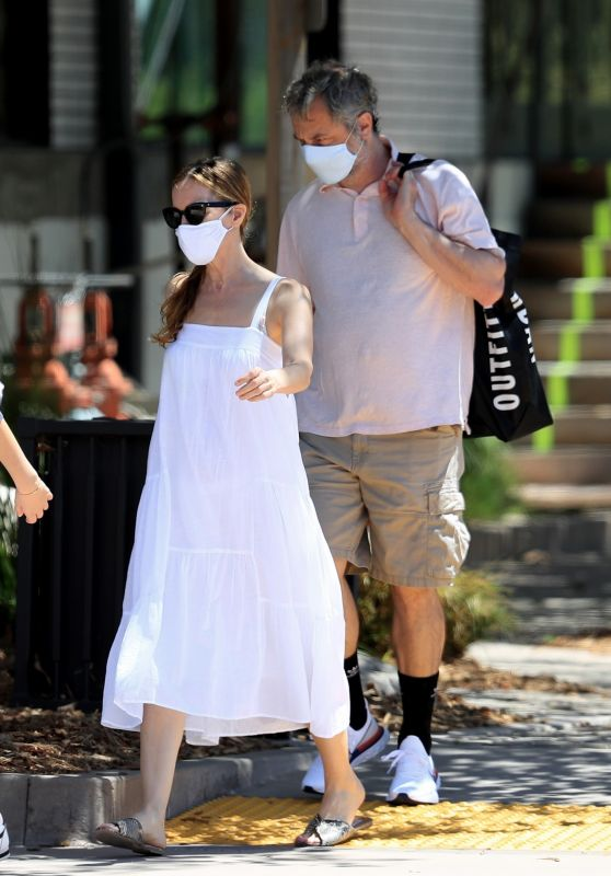 Leslie Mann and Judd Apatow - Shopping at Urban Outfitters in Malibu 07/18/2020