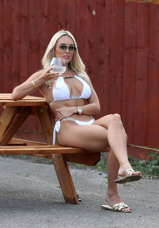 """Amber Turner - """"The Only Way is Essex"""" TV Show Filming in London 08/09/2020"""
