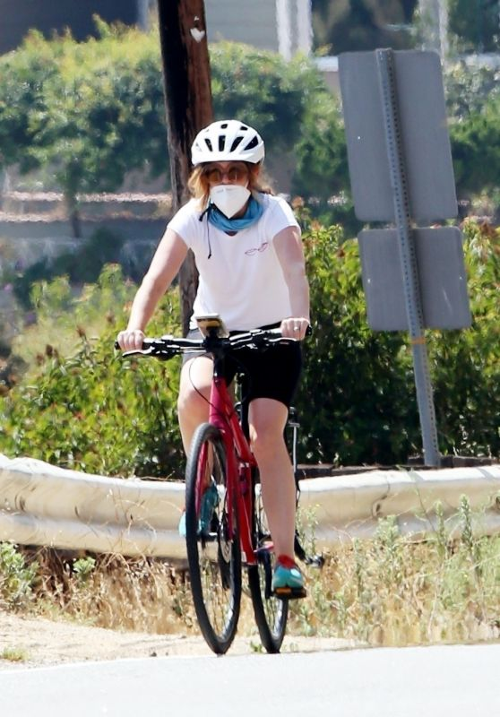 Isla Fisher - Riding Her Bike in Los Angeles 08/04/2020