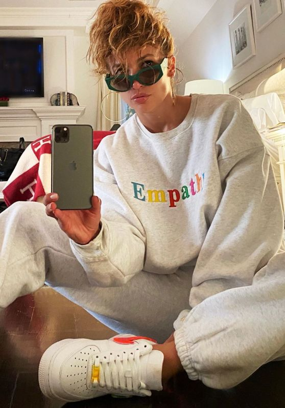 Jennifer Lopez Outfit - Instagram 08/02/2020