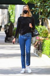 Karlie Kloss Street Style - Out in New York City 08/19/2020