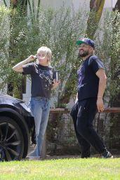 Miley Cyrus - Visits a Friend
