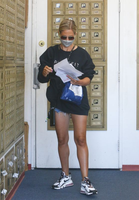Sarah Michelle Gellar Leggy in Shorts - Picks up Mail at P.O Box in Brentwood 08/10/2020