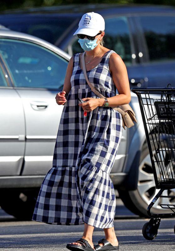 Scarlett Johansson - Shopping in the Hamptons 08/26/2020