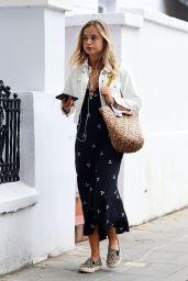 Amelia Windsor Cute Street Style - London 09/02/2020