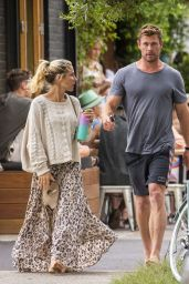 Elsa Pataky and Chris Hemsworth - Out for Breakfast in Byron Bay 09/23/2020