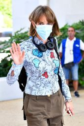 Maya Hawke in Travel Outfit - Venice Airport 09/02/2020