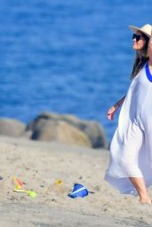 Olivia Wilde - Beach in Santa Monica 09/06/2020