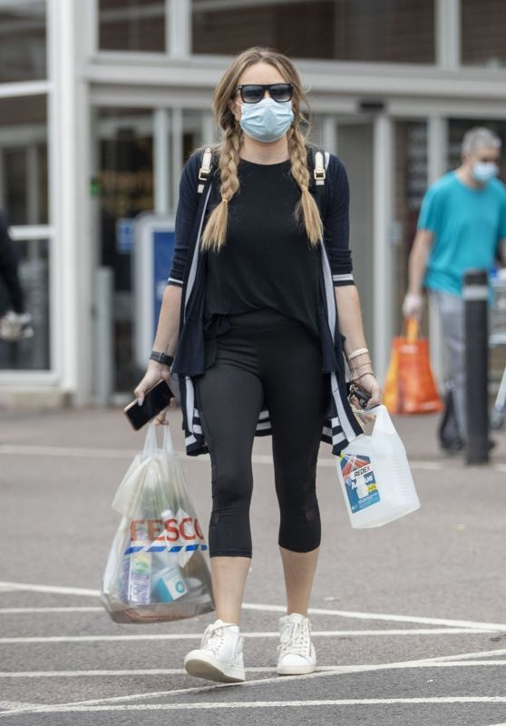 Rita Simons in Capri-Cut Black Gym Leggings an Loose-Fitting T-Shirt - Running Errands 08/23/2020