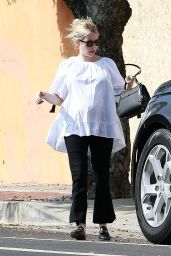Emma Roberts - Leaves a Friend