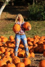 Heidi Montag in a Ripped Jeans at a Pumpkin Patch in LA 10/17/2020