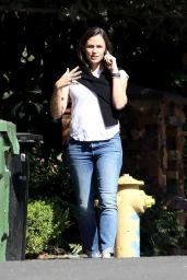 Jennifer Garner Chatting on the Phone - Pacific Palisades 10/27/2020