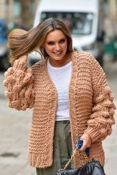 Kelly Brook in a Chunky Knitted Cardigan and Khaki Joggers - London 10/14/2020