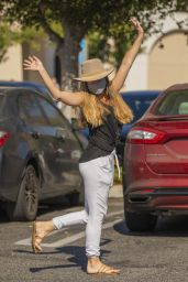 Kendra Wilkinson - Picked Up Groceries in Los Angeles 10/19/2020