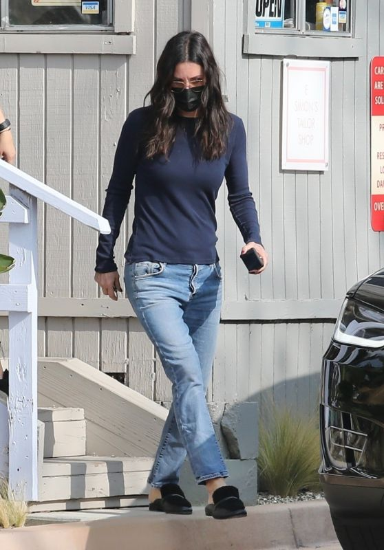 Courteney Cox Shops For Gardening Supplies in Malibu 11/23/2020