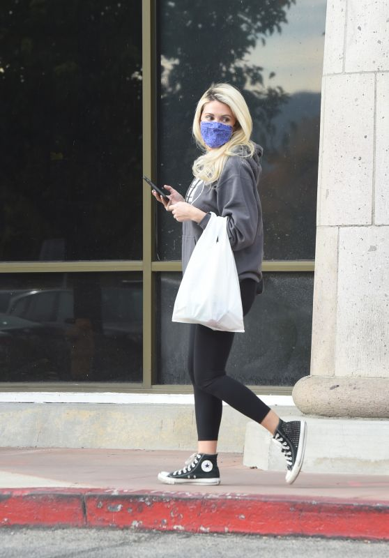 Holly Madison - Leaving a Grocery Store in LA 11/22/2020