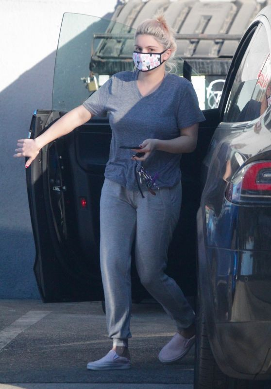 Ariel Winter in Casual Outfit - Studio City 12/16/2020